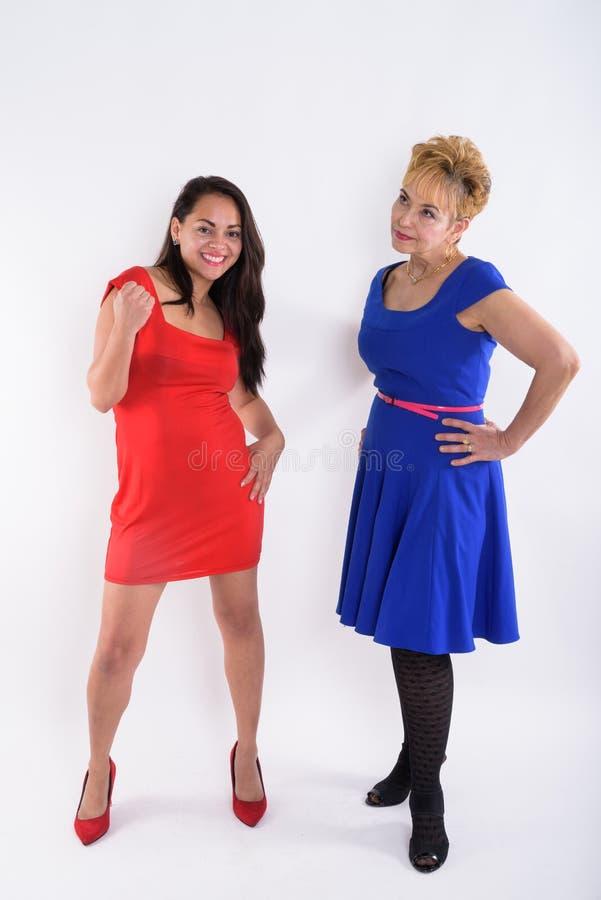 Tiro completo do corpo da mulher asiática superior que pensa ao olhar o anno fotos de stock
