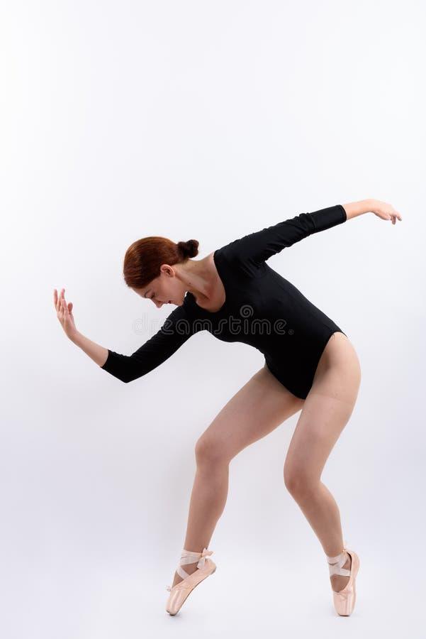 Tiro completo do corpo do levantamento do dançarino de bailado da mulher fotografia de stock