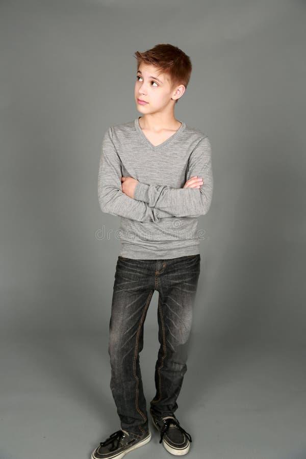 Tiro completo do menino bonito do tween fotografia de stock
