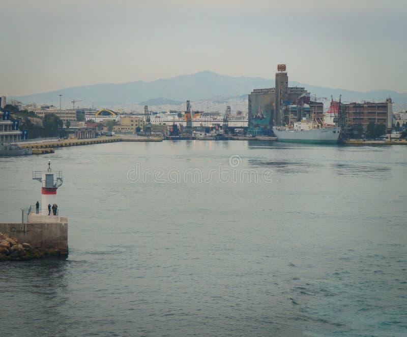 : tiro conseptual do navio que está saindo o porto dos outros navios e da torre do comando, em um dia nebuloso com mar calmo imagens de stock royalty free