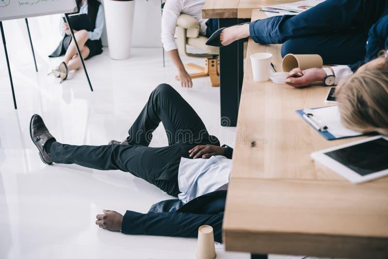 tiro cosechado de dormir agotado de los empresarios imágenes de archivo libres de regalías