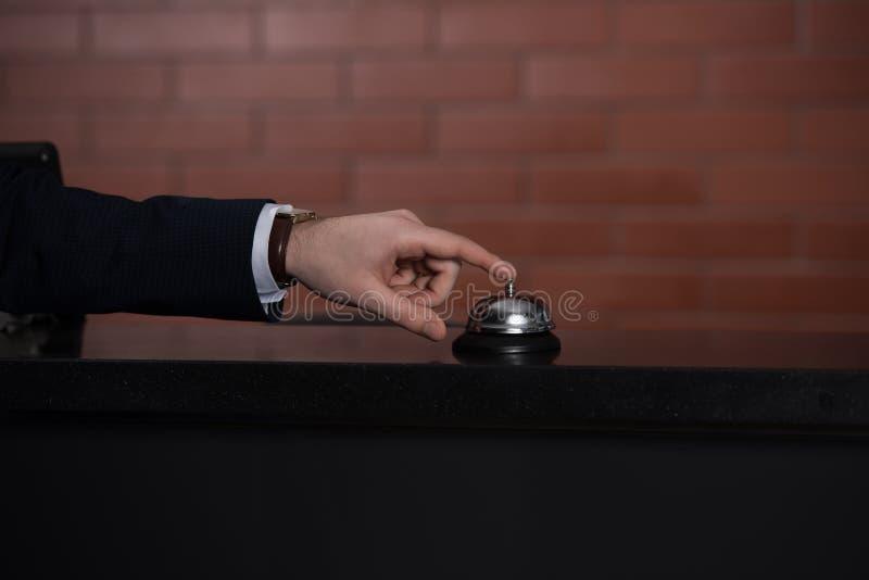 tiro cosechado de la campana de sonido del hombre de negocios en el hotel fotos de archivo