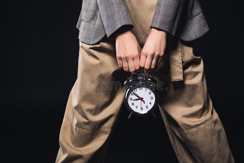 tiro cosechado de la mujer elegante que sostiene el reloj ilustración del vector