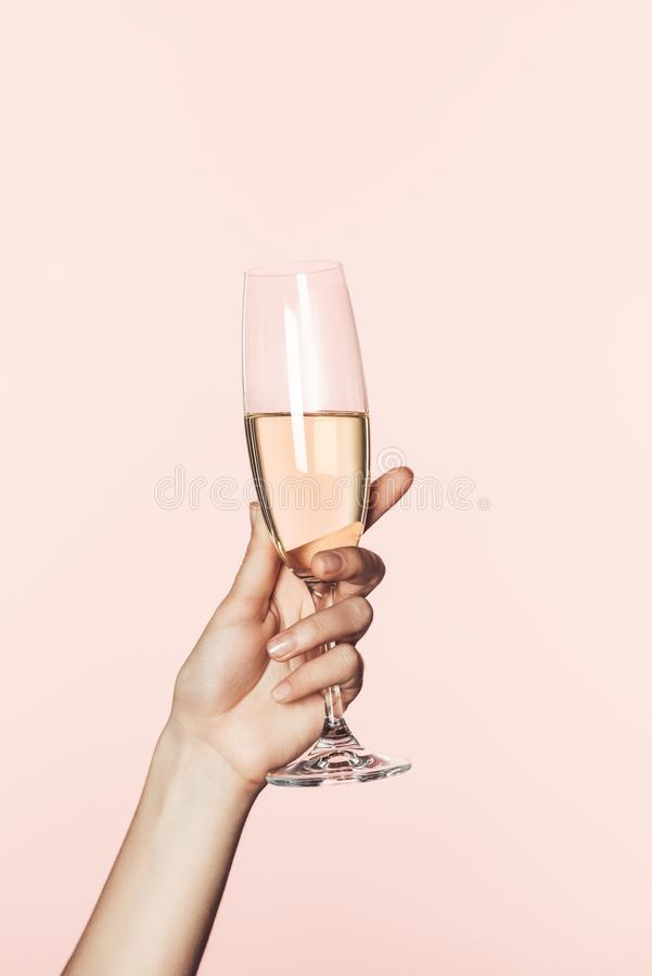 tiro cosechado de la mujer que anima por el vidrio del champán imagen de archivo libre de regalías