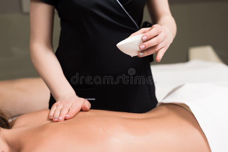 tiro cosechado de la mujer que relaja y que tiene masaje del cuerpo imagenes de archivo
