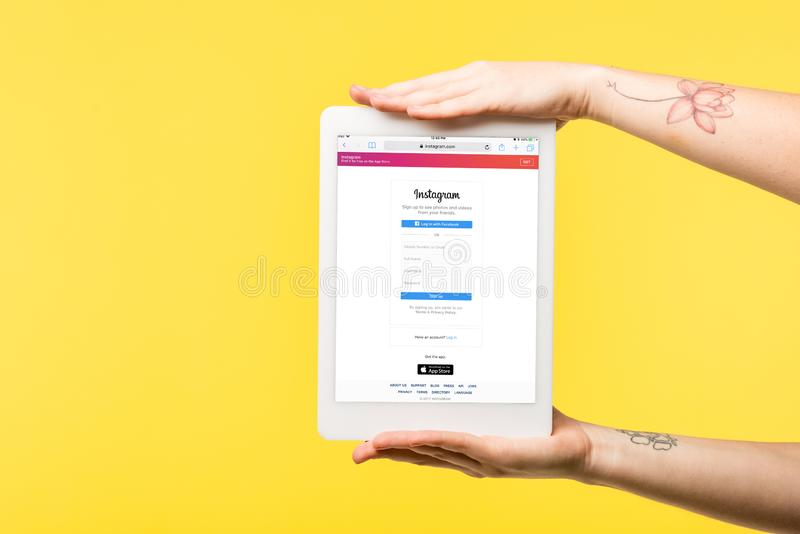 tiro cosechado de la persona que sostiene la tableta digital con el app del instagram en la pantalla aislada imágenes de archivo libres de regalías