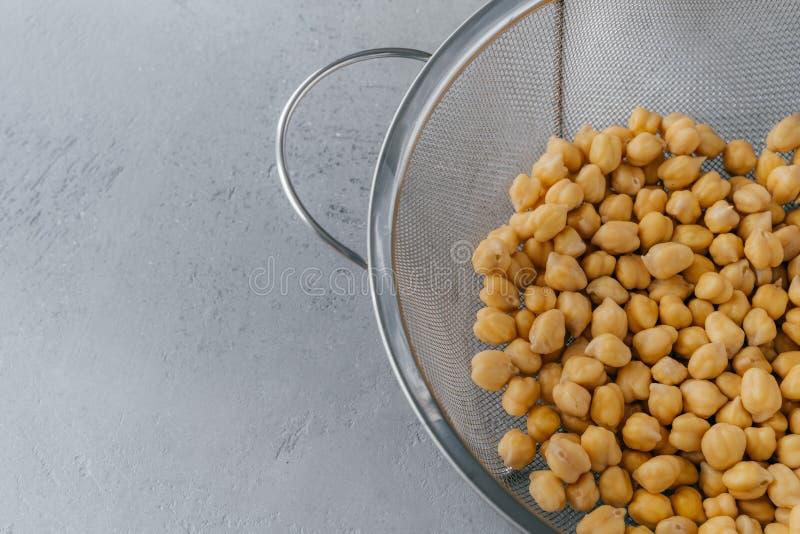 Tiro cosechado mitad del tamiz por completo de garbanzos secos Fuente de la prote?na del vegano Dieta sana y concepto vegetariano imagenes de archivo