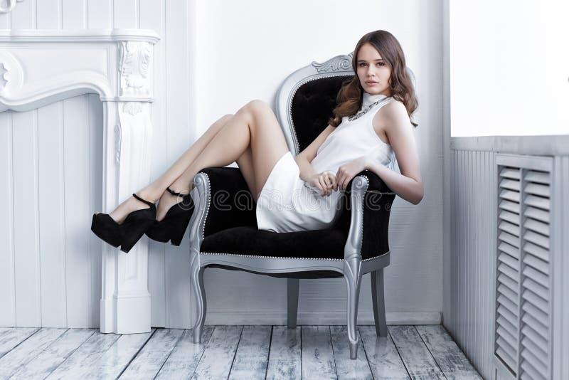 Tiro da alta-costura da mulher bonita nova no vestido curto branco imagens de stock