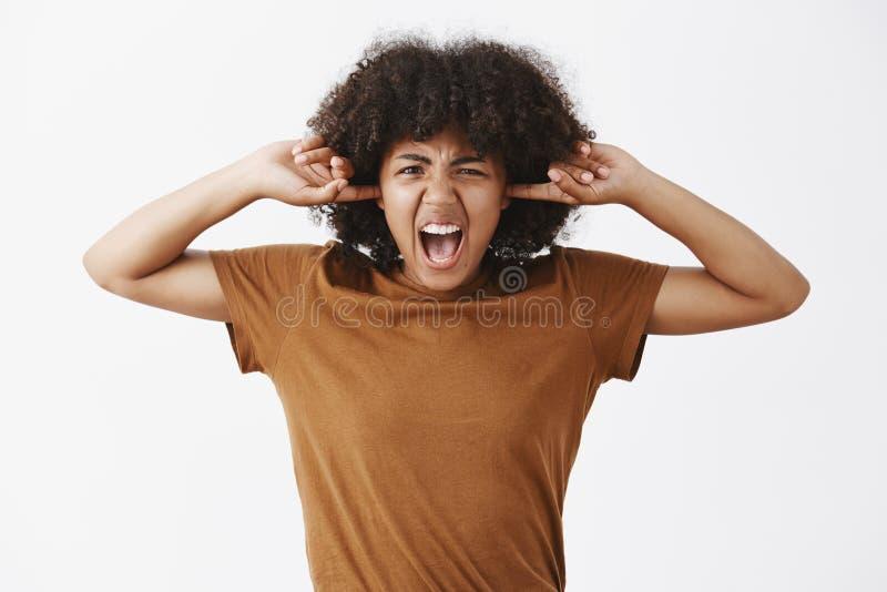 Tiro da cintura-acima da jovem mulher à moda fora acima mijada alimentada com penteado encaracolado nas orelhas marrons da cobert foto de stock royalty free