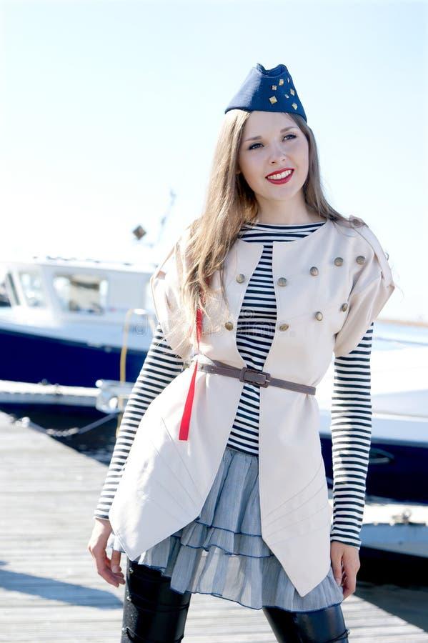 Tiro da forma de uma fêmea nova do marinheiro fotos de stock royalty free