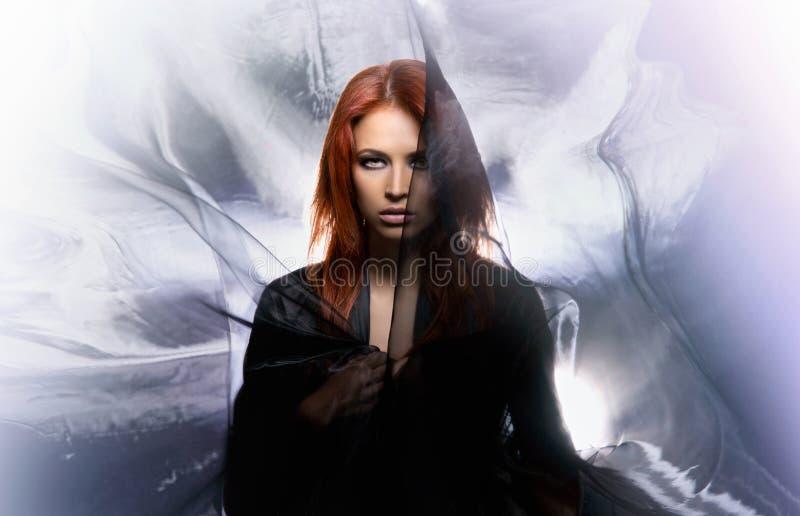 Tiro da forma de uma mulher do redhead da mística fotografia de stock royalty free