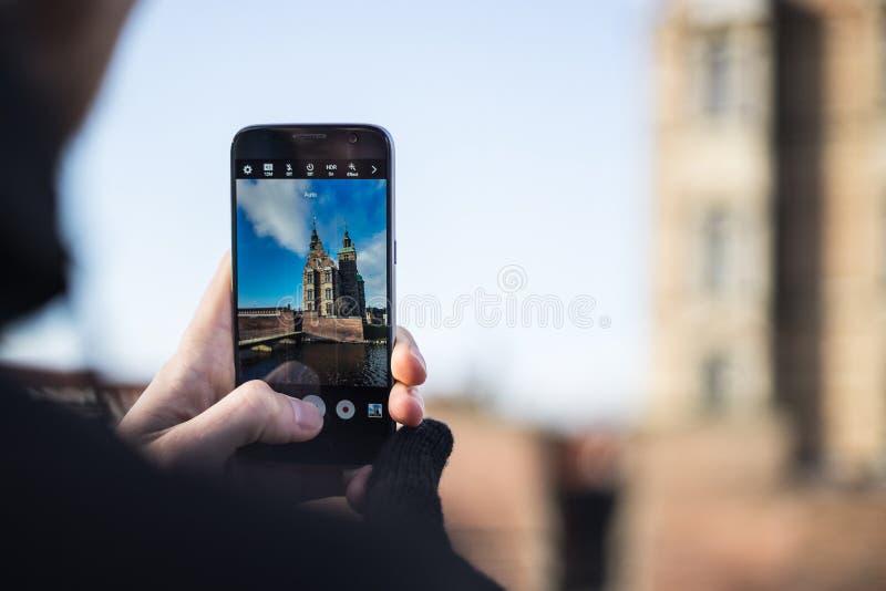 Tiro da foto no smartphone na viagem do turista Copenhaga, Dinamarca fotografia de stock royalty free