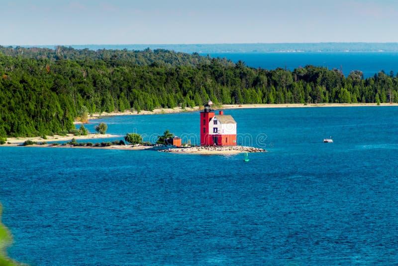 Tiro da paisagem do farol original da ilha de Mackinac em um dia ensolarado foto de stock royalty free