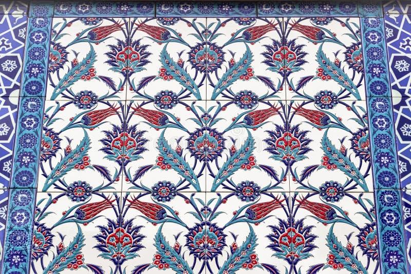 Tiro da parte inferior da perspectiva de tons azuis, verdes e vermelhos de testes padrões decorativos islâmicos imagens de stock royalty free
