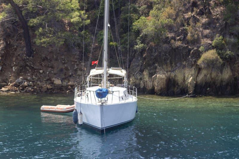 Tiro da perspectiva de navegar o iate perto da costa no tempo de manhã fotografia de stock