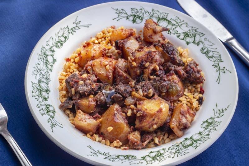 Tiro da perspectiva da refeição turca tradicional com carne e batata na tabela azul imagens de stock royalty free