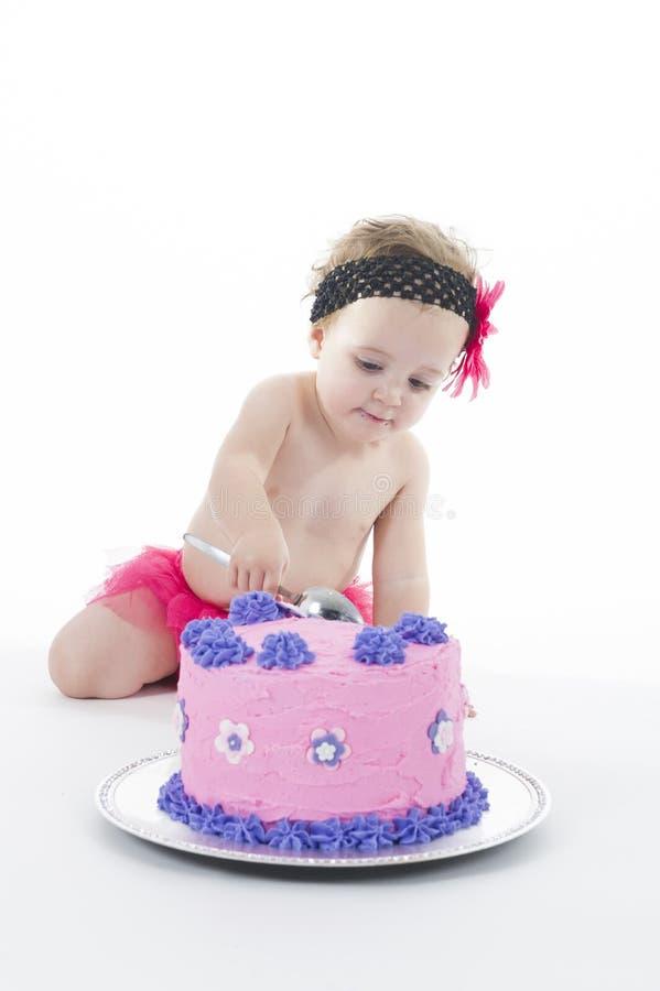 Tiro da quebra do bolo: Bebé e bolo grande! fotos de stock