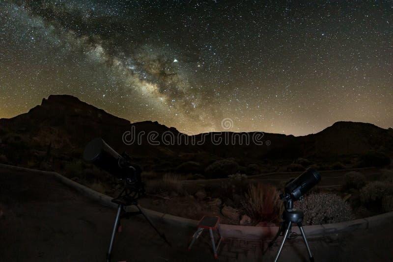 Tiro das estrelas e da Via Látea no céu da altura através da lente de olho dos peixes Dois telescópios prontos para a observação  imagem de stock