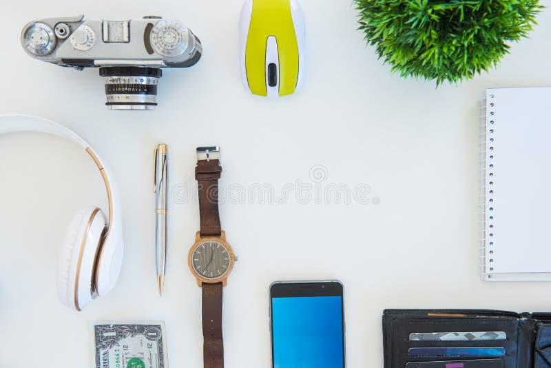 Tiro de alto ángulo de artículos en una tabla en un puesto de trabajo de la oficina imagen de archivo libre de regalías