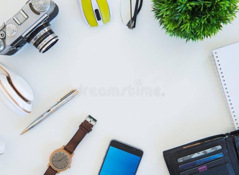 Tiro de alto ángulo de artículos en una tabla en un puesto de trabajo de la oficina imagenes de archivo