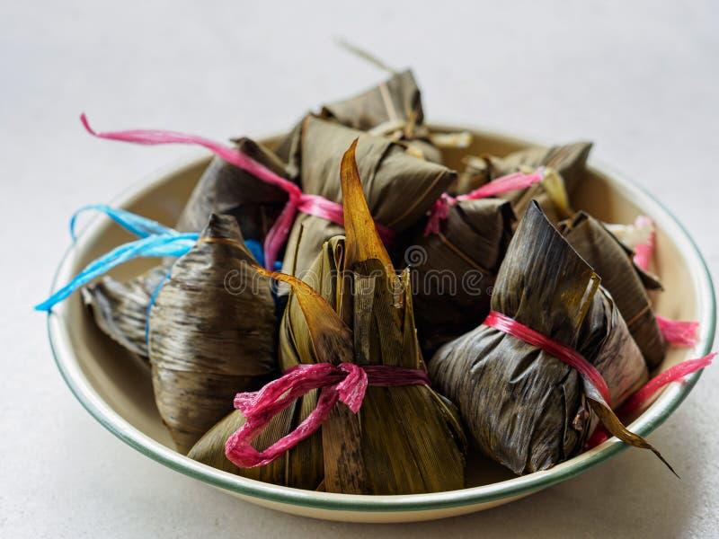 Tiro de alto ángulo de las bolas de masa hervida asiáticas Zongzi del arroz fotografía de archivo