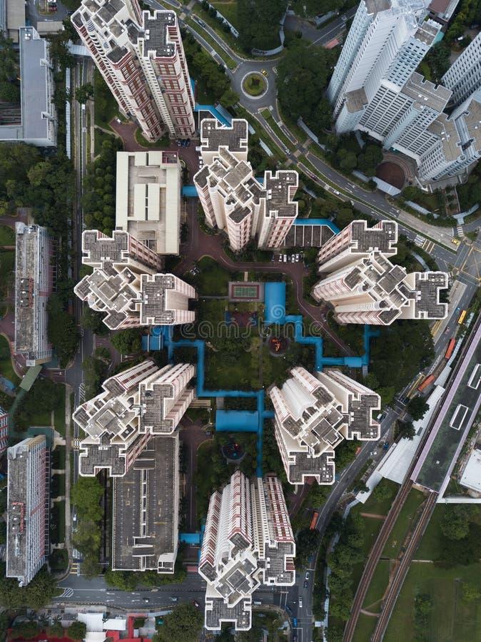 Tiro de arriba aéreo de la arquitectura de negocio moderna urbana fotografía de archivo