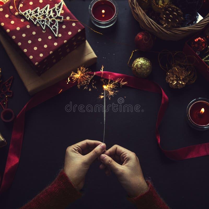Tiro de arriba de regalos de Navidad y de papeles de embalaje fotografía de archivo libre de regalías