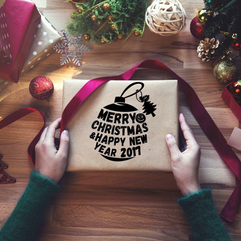 Tiro de arriba de regalos de Navidad y de papeles de embalaje fotografía de archivo