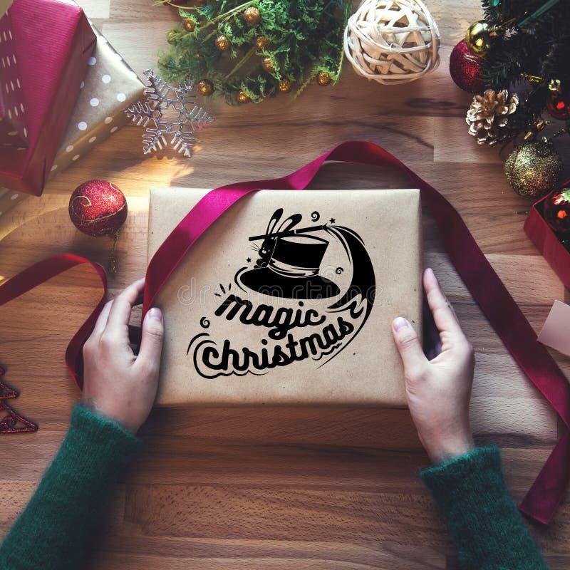Tiro de arriba de regalos de Navidad y de papeles de embalaje foto de archivo libre de regalías