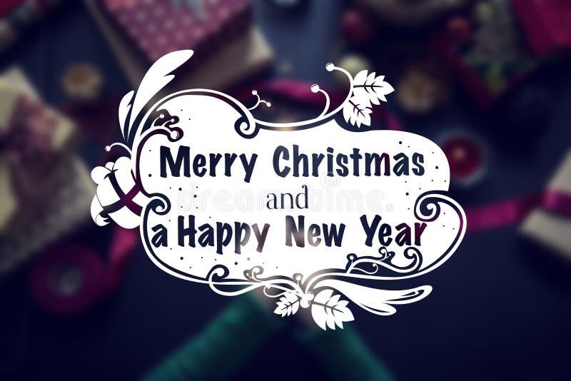Tiro de arriba de regalos de Navidad y de papeles de embalaje imágenes de archivo libres de regalías