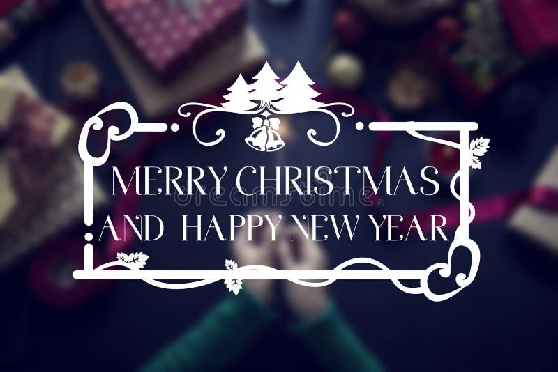 Tiro de arriba de regalos de Navidad y de papeles de embalaje imagen de archivo