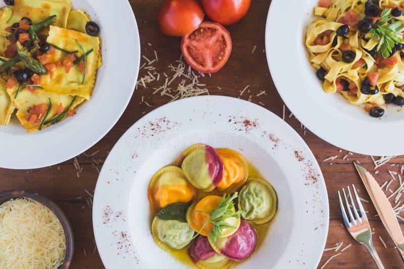 Tiro de arriba italiano de la comida, del sorrentino, de los raviolis y del fettuccine imagenes de archivo