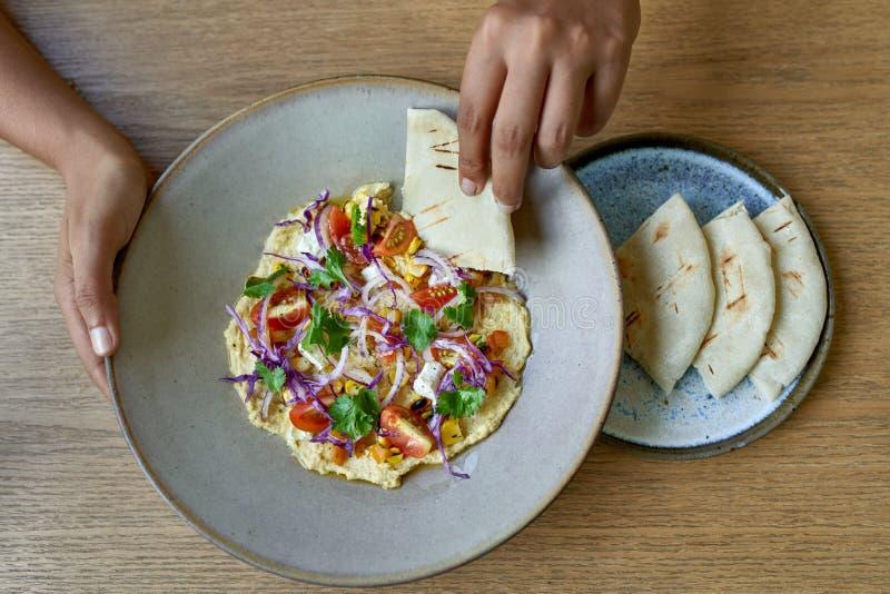 Tiro de arriba de la cocina internacional planta-basada orgánica sana para los veganos y los vegetarianos foto de archivo