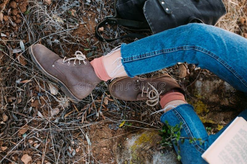 Tiro de arriba de la mujer en botas con el libro foto de archivo libre de regalías
