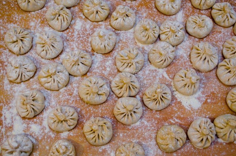 Tiro de arriba relleno bolas de masa hervida de las pastas de Khinkali imágenes de archivo libres de regalías