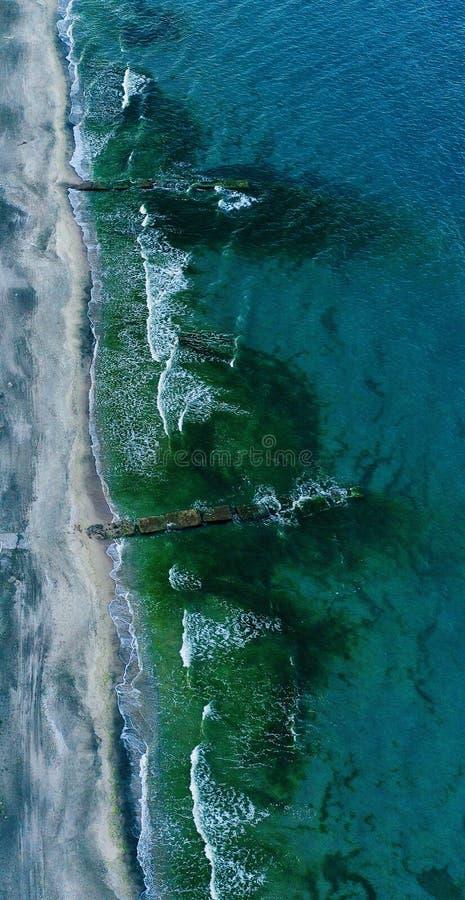 Tiro de arriba vertical de una línea de la playa hermosa imagenes de archivo