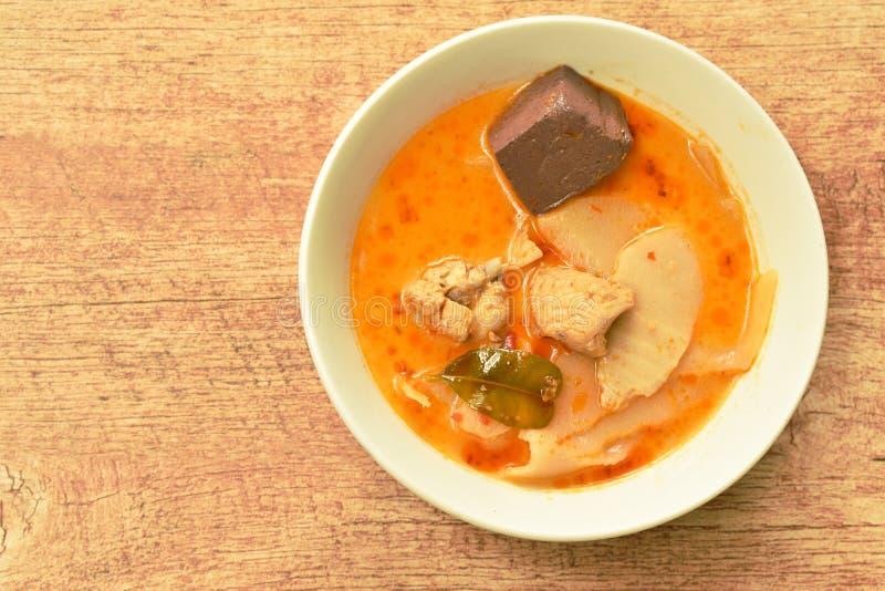 Tiro de bambu conservado fatia fervido picante com galinha e sangue na sopa do caril do leite de coco na bacia foto de stock royalty free