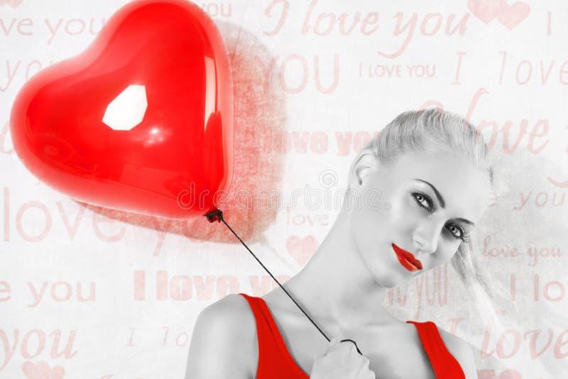 Tiro de BW, de la muchacha rubia atractiva con el globo rojo del corazón imágenes de archivo libres de regalías