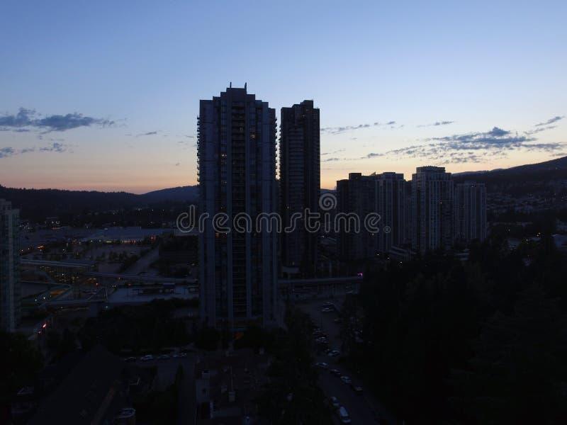 Tiro de la ciudad del cielo nocturno imagen de archivo
