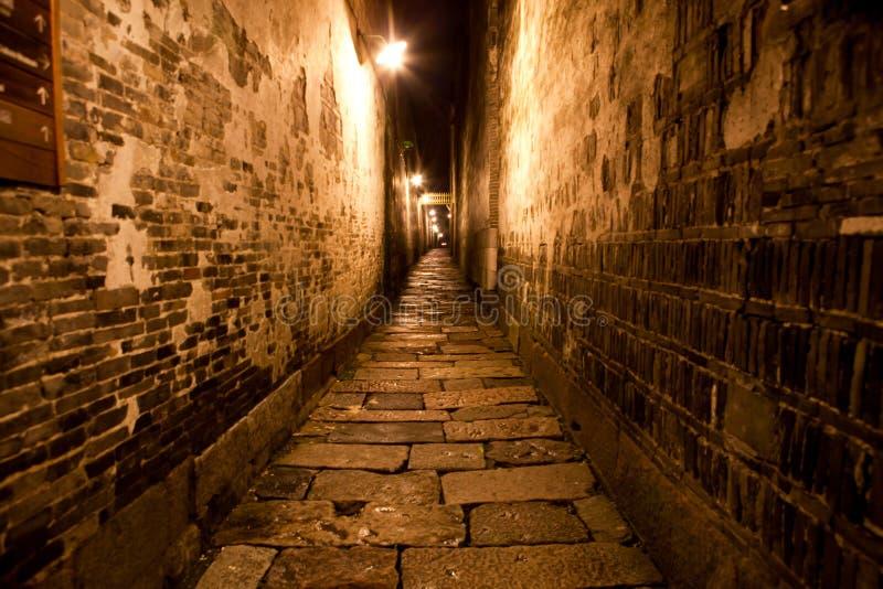 Tiro de la noche de la pared de ladrillo del estrecho de la calle del paseo, pared antigua del parque del pueblo de China fotografía de archivo