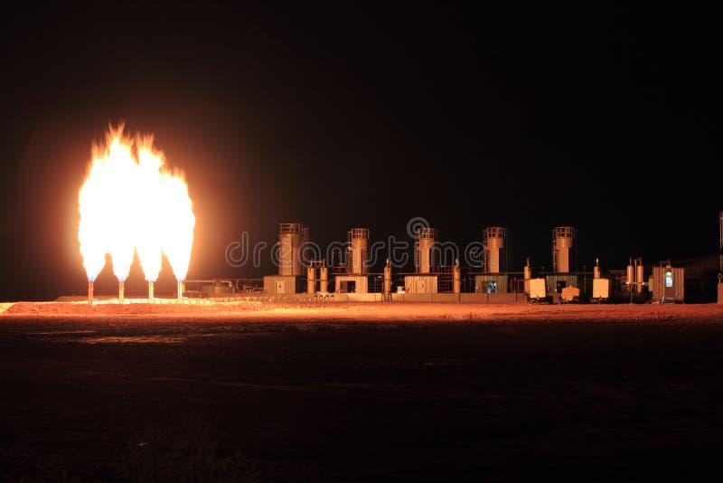 Tiro de la noche de la ubicación industrial de la llamarada del gas del patio imagen de archivo