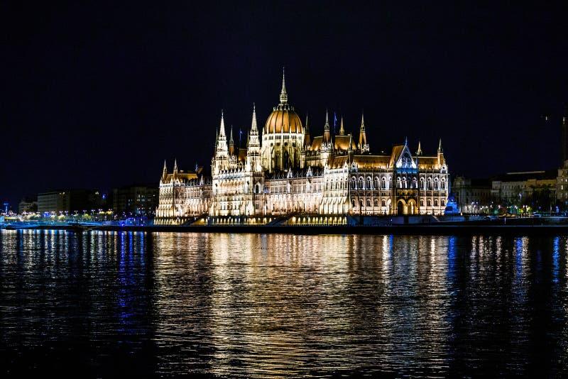 Tiro de la noche del edificio húngaro del parlamento en el banco del Danubio en Budapest foto de archivo libre de regalías