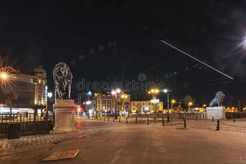 Tiro de la noche del puente de los leones en Sofia Bulgaria imagenes de archivo