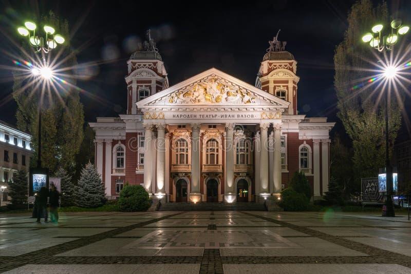 Tiro de la noche de Ivan Vazov National Theatre en el centro de ciudad de foto de archivo