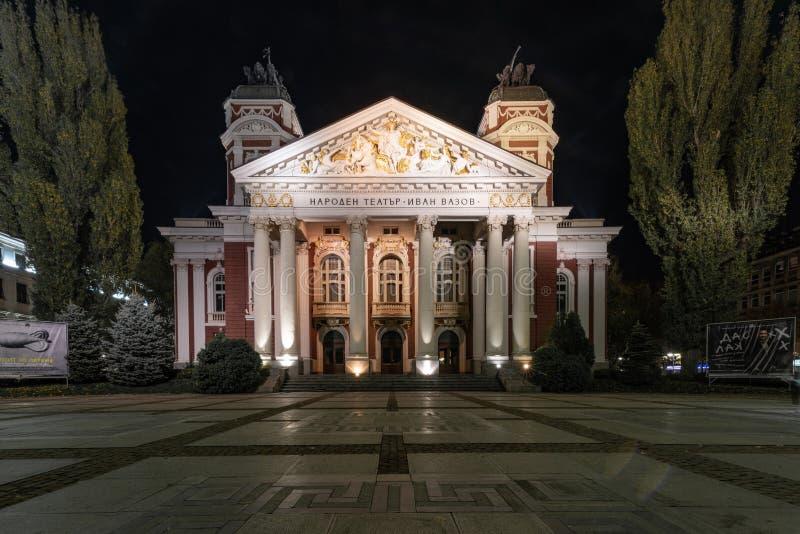 Tiro de la noche de Ivan Vazov National Theatre en el centro de ciudad de fotos de archivo libres de regalías
