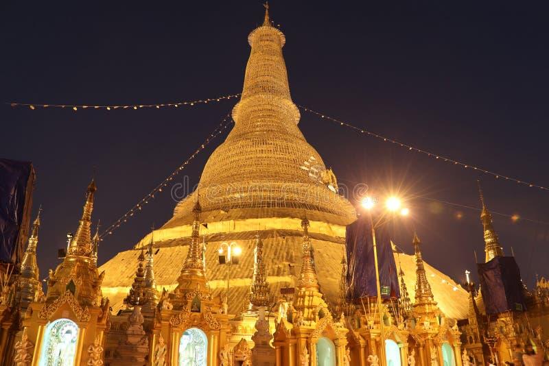 Tiro de la noche de la pagoda de Shwedagon, tambi?n conocido como la pagoda de oro, Rang?n Myanmar imagen de archivo