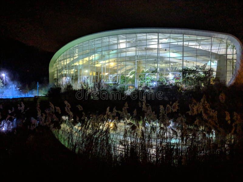 Tiro de la noche de la piscina de Woburn de los parcs del centro fotos de archivo