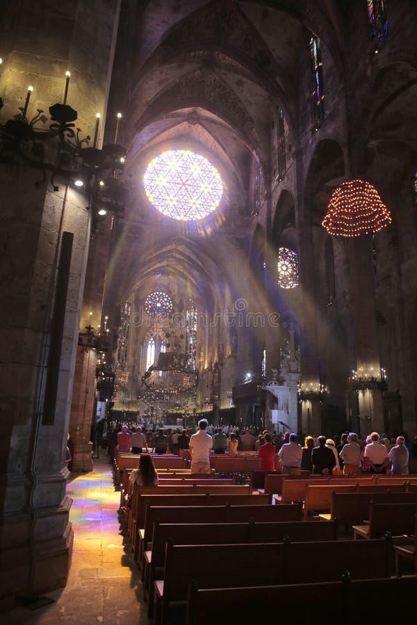 Tiro de la vertical de la masa de la mañana de la catedral de Palma de Mallorcafotos de archivo