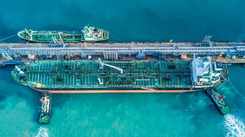 Tiro de la visión aérea de la nave de petrolero del petróleo crudo anclada en el te del aceite fotos de archivo libres de regalías