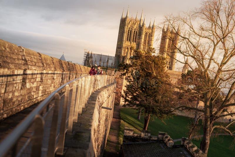 Tiro de Lincoln Cathedral famoso dos muralhas de Lincoln Castle no por do sol no inverno imagem de stock